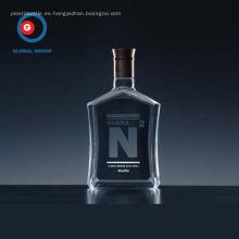 Botella transparente con forma cuadrada