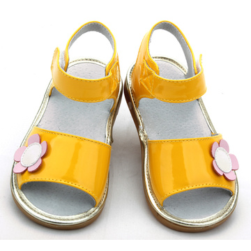 Grossist Shiny Yellow Baby Squeaky Shoes