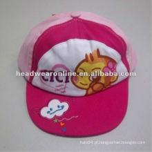 O miúdo do algodão da forma encobre o chapéu das crianças