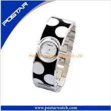 O relógio de pulso de quartzo moda especial para as mulheres