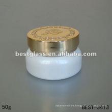 Tarro de cristal cosmético de la crema del color blanco 50g con la bomba de oro y el casquillo plástico claro