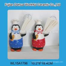 El cocinero popular del pingüino diseñó el sostenedor del utensilio de cerámica para la cocina