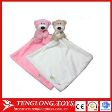Ребенок успокаивает полотенце