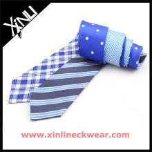 Quatre cravates doubles maigres d'hommes de conceptions