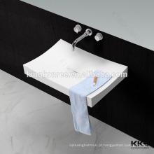 pias de banheiro de superfície sólida com torneiras