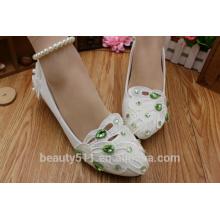 La chaîne de perles est faible avec des chaussures de demoiselle d'honneur blanches et les chaussures de mariée en gros sont prises par la robe de mariée en gros WS027
