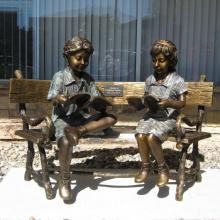 duas crianças, sentando, ligado, banco, leitura, escultura estátua bronze
