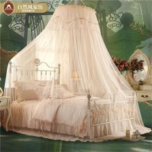Bela cama de casal de fibra de vidro com cortinas circulares