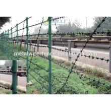 Arame farpado usado como barreira de segurança