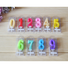Coloridos números en forma de velas de cumpleaños