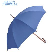 Qualité Chinois Produits Petite Quantité Pas Cher Bleu Long Arbre Sculpté En Bois Poignée golf unbrella Logo Personnalisé pour Hôtel