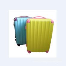 Красочные тележки багажа устанавливает на лето