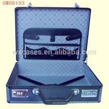 valise décent portable en aluminium avec un portefeuille de cuir sur le couvercle du boîtier