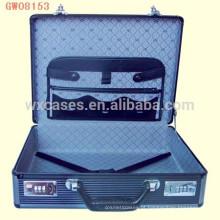 mala decente de alumínio portátil com uma carteira de couro na tampa da caixa