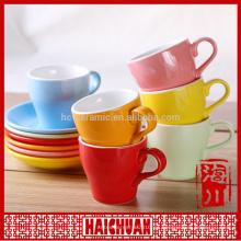 Copa de té de gres y platillo desayuno de color sólido