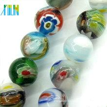 cuentas de vidrio millefiori multicolores alrededor de cuentas de tensa