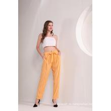 Gelbe gestreifte Knöchelhose der Frauen