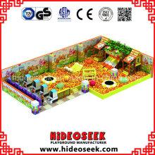 Einkaufszentrum Indoor-Spielplatz mit riesigen Ball Pit und Trampolin
