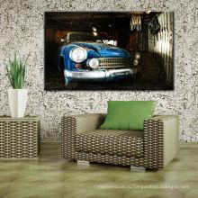 Старая фотография автомобиля к стене
