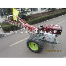 Tractor Kubota de la maquinaria agrícola que camina con la sierpe rotatoria