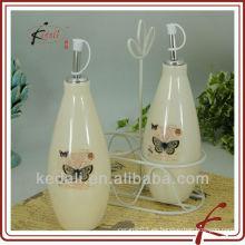 Botella de aceite de oliva de cerámica con estante de metal
