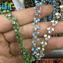 Nouvelle chaîne de strass de griffe de coupe de conception avec les boucles colorées Chaîne de perles de chapelet de fil en métal