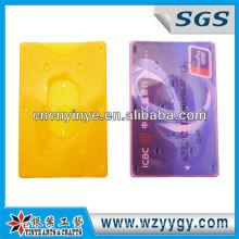 hombre y mujer titular de la tarjeta de identificación de plástico duro