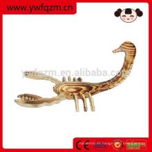 elegante escorpión de madera animal tallado de madera