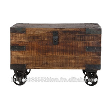 Antike Holzkiste mit Rad