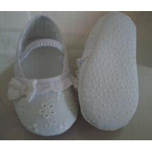 लोचदार और कढ़ाई के साथ बच्चे के जूते