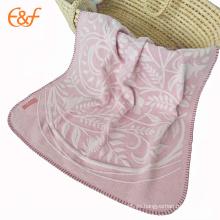 Manta tejida rosada más suave hecha a mano al por mayor del tiro del bebé