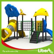 Aire de jeux pour enfants toboggan extérieur dans une aire de jeux de parc d'attractions