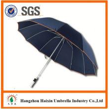 Guarda-chuva azul do presente relativo à promoção do carregador do banco do poder com logotipo