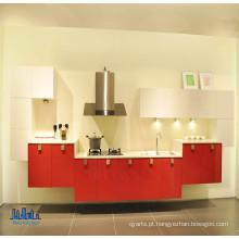 Gabinetes de cozinha vermelho e branco montados na parede