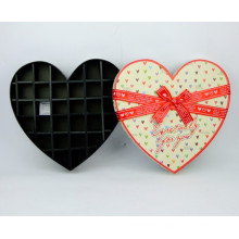 Коробка с шоколадной глазурью в форме сердца с разделителем бумаги