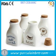 Écureuil imprimant la mini bouteille de lait de porcelaine avec le liège