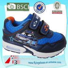Los zapatos de los deportes de los muchachos de China del alto talón unieron el coche de policía de la historieta