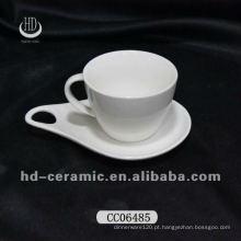 Xícaras de café da porcelana e pires