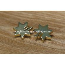 Fournissent divers accessoires en métal en alliage de zinc et étiquettes métalliques vêtements de mode étiquette métallique