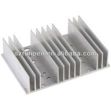 O alumínio profissional monta as peças da extrusão