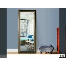 Отдельно стоящее зеркало в полный рост в спальне с зеркалом в раме