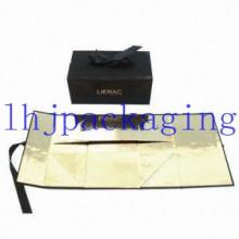 Складывание черной картонной коробки с тиснением фольгой и закрытием магнита