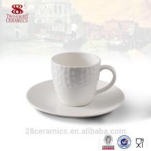 Buvez la tasse et la soucoupe en céramique utilisées