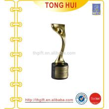 Taça de troféu de metal dourado em lembrancinhas