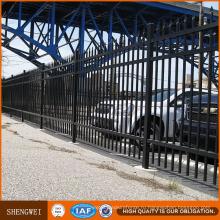 Красивые роскошные железные ворота и забор