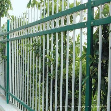valla de aluminio horizontal cerca de la cancha de baloncesto