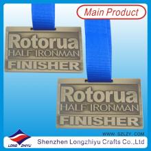 Medalla de aluminio en forma de rectángulo en relieve con cinta