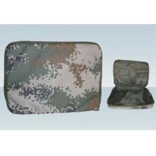 Militärische Hand, die Aktentasche hält