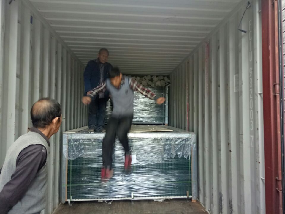 wire mesh fencing loading into container