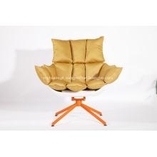 cadeira de casca branca com almofada de assento laranja